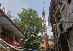 La vecchia chiesa (a sinistra) e la nuova chiesa in costruzione (a destra) del villaggio di Zhaihouchen, città di Xuchang, provincia dello Henan