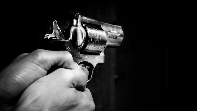 mani con la pistola