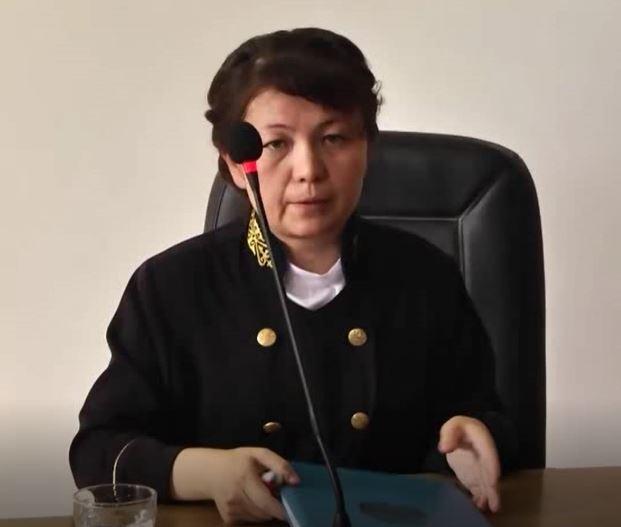 Il giudice Dinara Quiqabaeva annuncia il verdetto