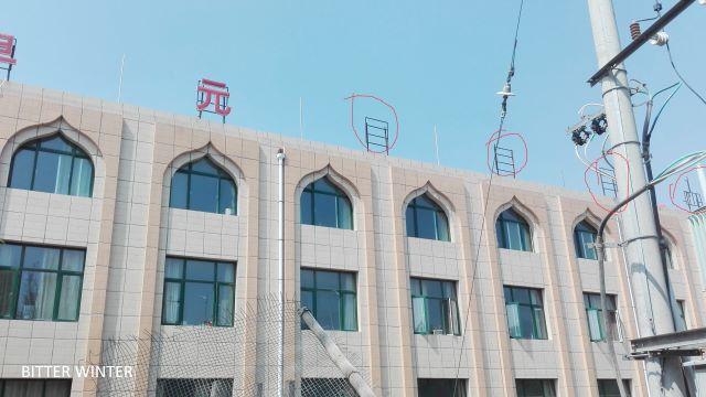 """La scritta """"Lingua araba"""" già rimossa dalla sommità del fabbricato adibito a usi didattici"""