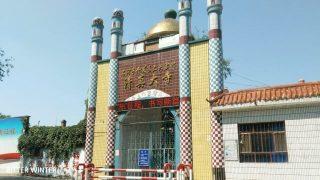 La moschea che si trovava presso la Squadra di produzione n._2 del villaggio di Liugong è stata chiusa. Sul cancello è stato disposto il filo spinato, e i simboli della mezzaluna e delle stelle che stavano sopra i pilastri all'ingresso della moschea sono stati demoliti