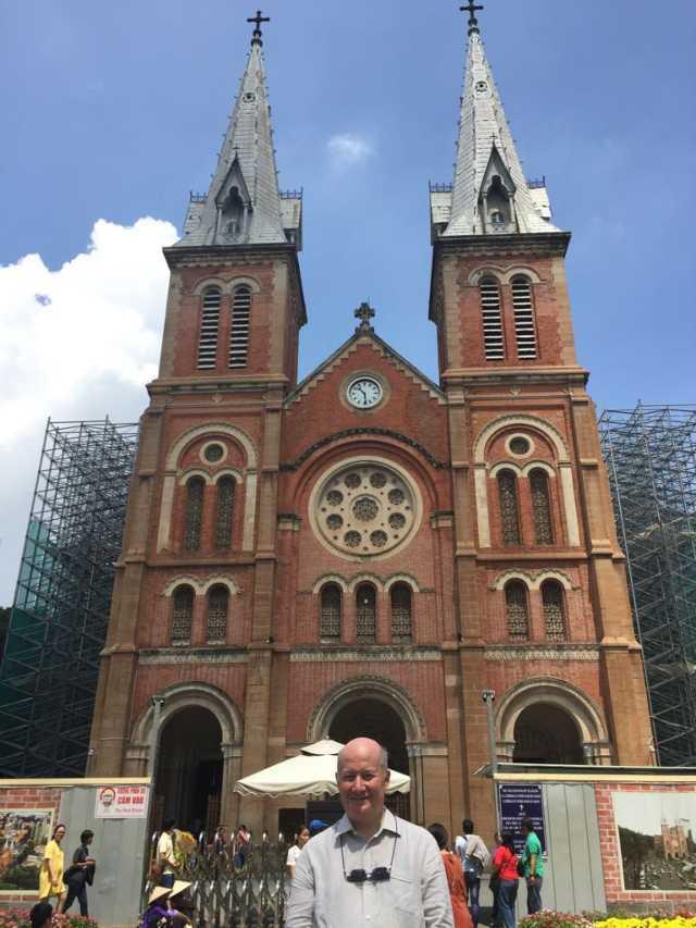 Massimo Introvigne di fronte alla cattedrale di Notre Dame a Saigon, in Vietnam