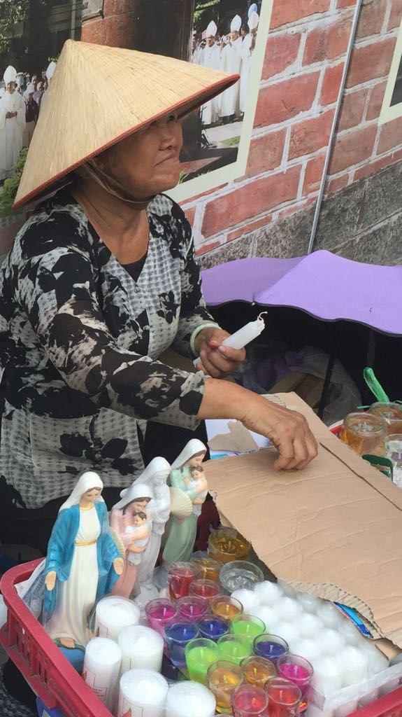 Venditrice di oggetti religiosia Saigon, in Vietnam