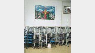 Il luogo di riunione è ora inagibile; i tavoli e le sedie sono stati impilati (immagine fornita da una informatore interno)