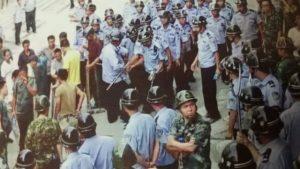 L'amministrazione locale ha inviato 300 agenti di polizia per minacciare gli abitanti del villaggio affinché firmassero l'accordo