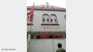 La porta d'ingresso della chiesa chiusa a chiave e bloccata con filo di ferro