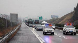 auto della polizia sulla strada