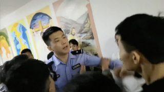 «Indosso l'uniforme della polizia, non mi servono credenziali»