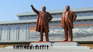 La grande e lugubre statua dei dittatori nordcoreani Kim Il-sung (1912-1994) e Kim Jong-il (1941-2011) sulla collina di Mansudae a Pyongyang, Corea del Nord