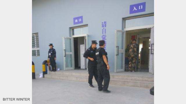 """La polizia pattuglia e sorveglia il perimetro esterno del campo di """"rieducazione"""""""