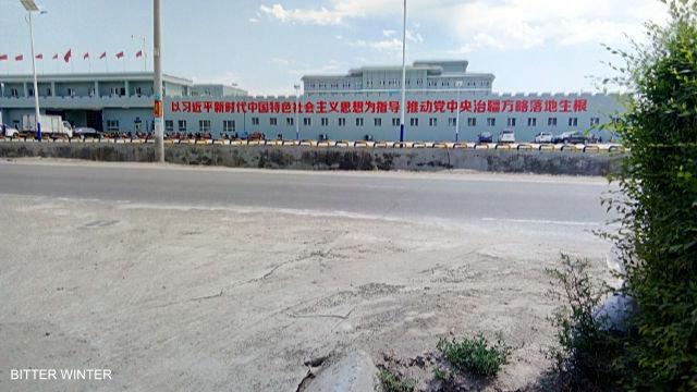 """Vista esterna del campo di """"rieducazione"""" nella contea di Huocheng"""