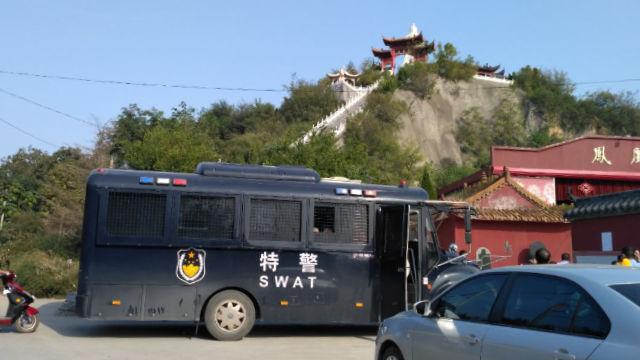Forze speciali della polizia ai piedi della montagna, nel villaggio di Laojuntang