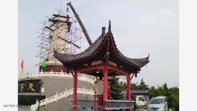 La gru demolisce la statua