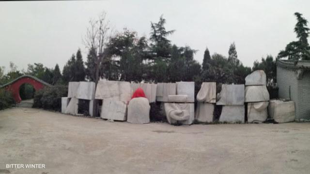 La statua di Lao Tzu fatta a pezzi