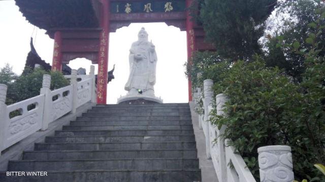 La statua di Lao Tzu nel villaggio di Laojuntang prima della demolizione