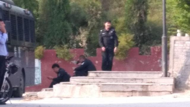 Le forze speciali della polizia sorvegliano l'accesso alla montagna dover sorgeva la statua di Lao Tzu