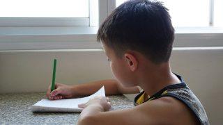 ragazzo impara a scrivere parole