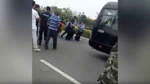Il vicedirettore della stazione di polizia ordina ai dimostranti di mettere fine alle proteste
