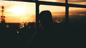 gli uomini guardano il tramonto