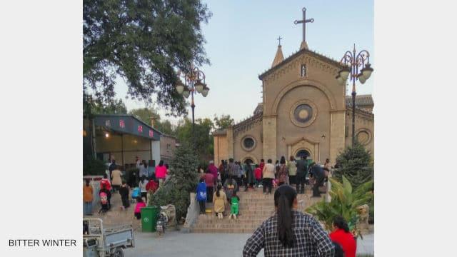 I fedeli riuniti fuori dalla chiesa