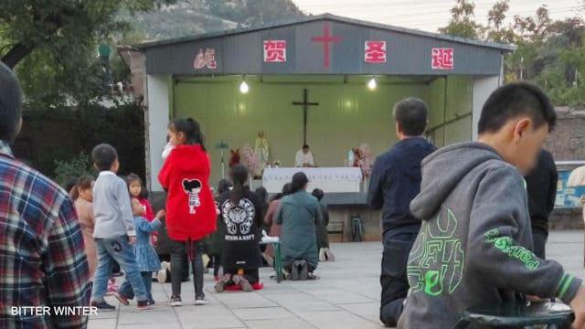 La Messa celebrata all'esterno della chiesa