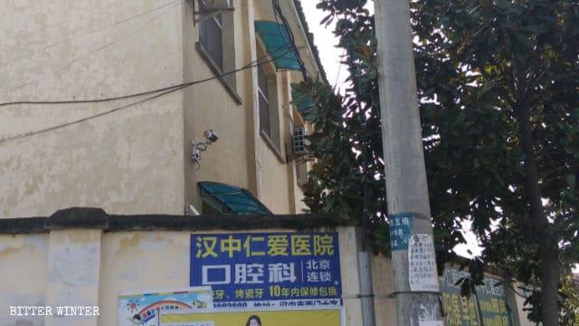 Telecamere di sorveglianza installate nella scuola elementare abbandonata che funge da centro per l'educazione alla legge