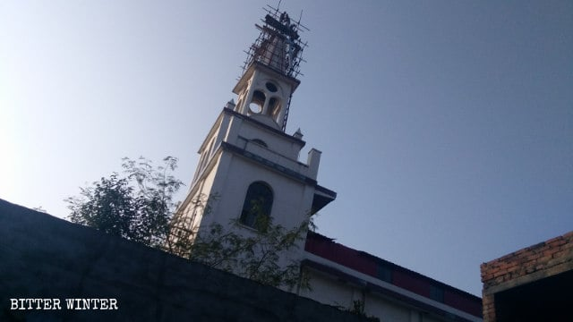 Demolizione della croce della chiesa
