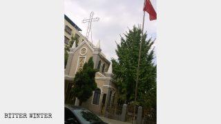 La bandiera nazionale cinese sostituisce la croce