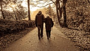 anziani che camminano sulla strada