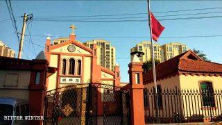 Bandiera nazionale sulla chiesa di Badao, nella città di Dandong (fine settembre).