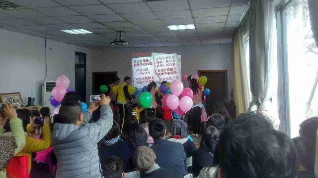 Una festa per i bambini dell'orfanotrofio