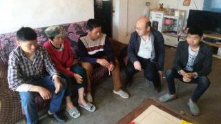 il funzionario del governo visita una famiglia