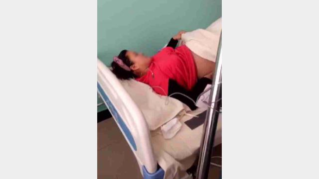 Dopo essere stata aggredita fisicamente, una donna incinta è stata condotta in ospedale per un intervento d'emergenza
