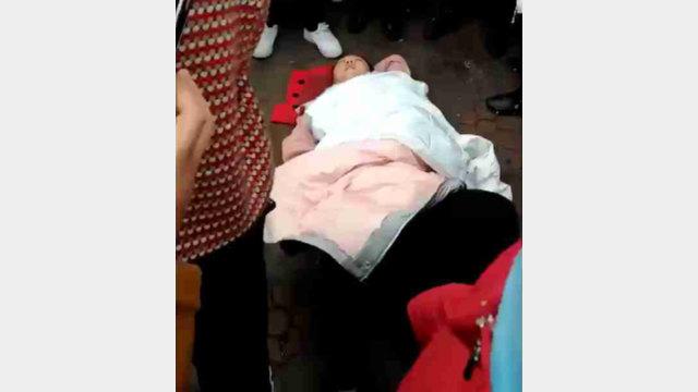 Una donna gettata a terra
