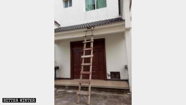 Il dormitorio della chiesa cattolica della contea di Taining. La polizia ha usato una scala per entrare illegalmente nell'edificio al fine di trovare e arrestare un sacerdote.