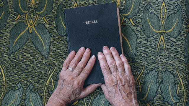 vecchio uomo e la bibbia