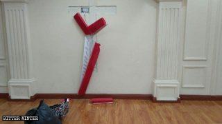 La croce abbattuta nella sala delle assemblee di una Chiesa domestica