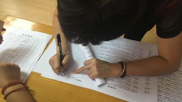 firmando una dichiarazione