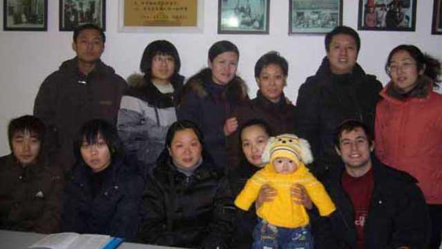 I membri di una famiglia ebrea di Kaifeng si riuniscono per una foto (Per gentile concessione di Anson Laytner)