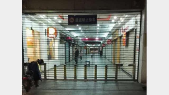 Il cancello all'ingresso della Chiesa cattolica in Zhongting Street è stato chiuso
