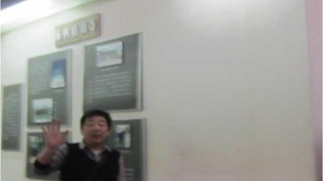 Una guardia giurata tenta di impedire che venga scattata una foto alla mostra sulla storia ebraica di Kaifeng in un museo cittadino (Per gentile concessione di Anson Laytner)