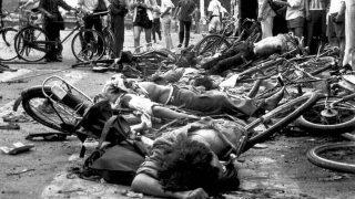 Cadaveri di civili, uccisi in Piazza Tiananmen, il 4 giugno 1989