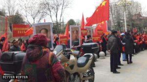 """Un gruppo di manifestanti che promuovono la """"Giornata del Grande Uomo"""" nella città si Yuncheng, nella provincia dello Shanxi"""