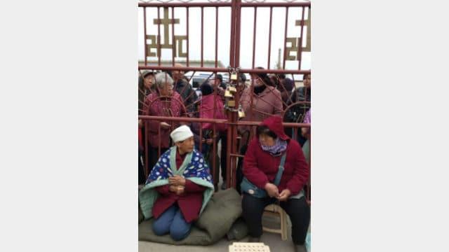 I fedeli hanno chiuso a chiave le porte della chiesa per non far entrare il sacerdote nominato dalla Chiesa cattolica patriottica