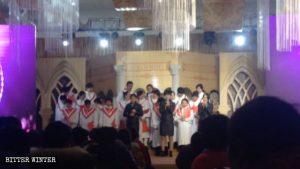 I cristiani assistono allo spettacolo nell'hotel