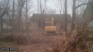 Un escavatore demolisce la casa di un anziano povero