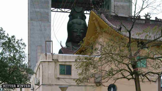 La statua di Guanying nel tempio della città di Taizhou prima della demolizione