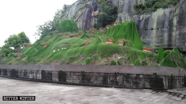 Prima della demolizione: la statua è stata coperta alla fine di aprile