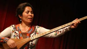 La musicista uigura Sanubar Tursun