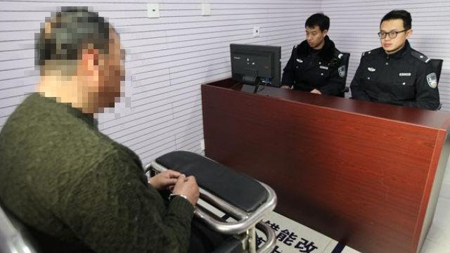 La polizia sta conducendo un interrogatorio